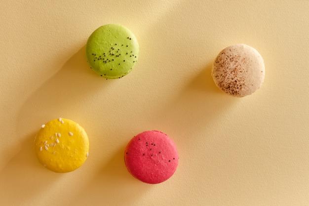 Quatro macarons multicoloridos
