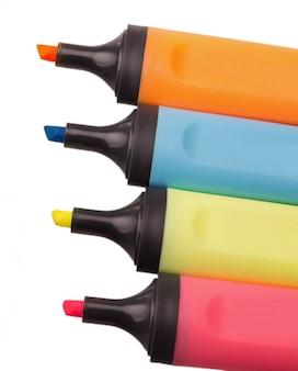 Quatro marcadores coloridos de plástico