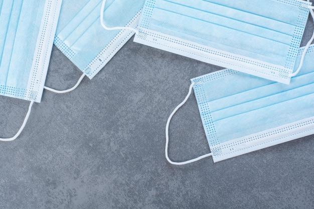 Quatro máscaras médicas para proteção contra o vírus corona