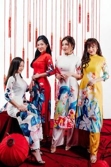 Quatro meninas mostrando sua beleza