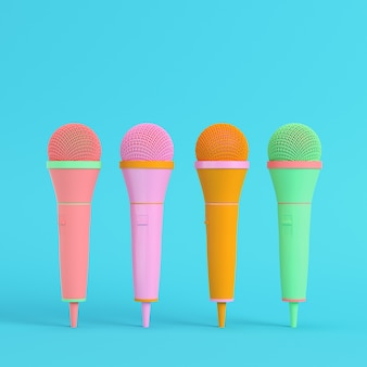 Quatro microfones coloridos em tons pastel