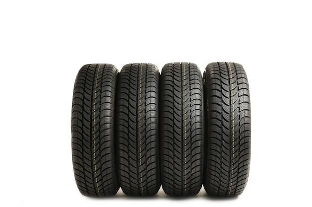 Quatro novos pneus pretos isolados