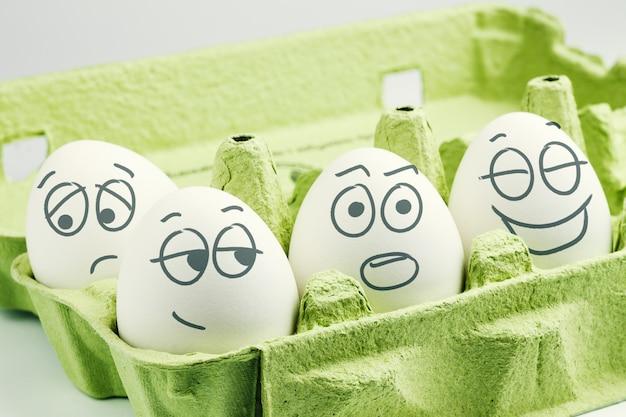 Quatro ovos na caixa de ovos