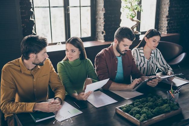 Quatro pessoas, emoções inteligentes, chefes gerentes sentam-se à mesa e têm candidato a emprego