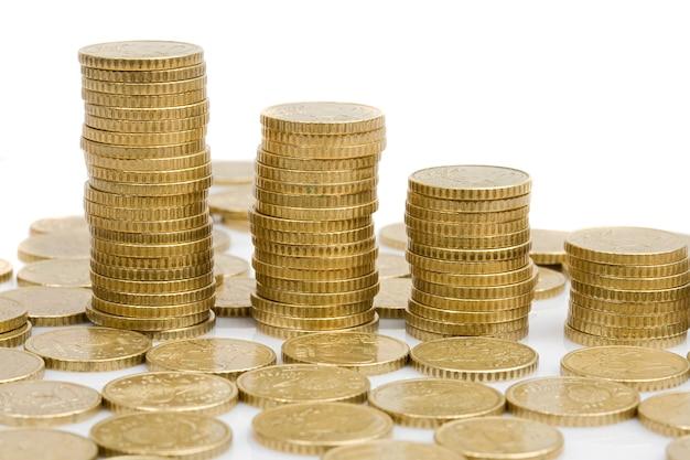 Quatro pilhas de dinheiro isolado no branco
