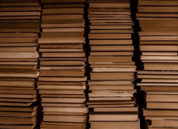 Quatro pilhas de livros antigos. plano de fundo com estilo vintage.