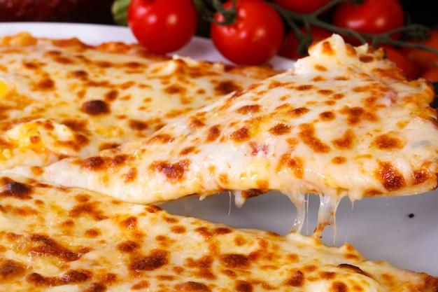 Quatro pizza de queijo