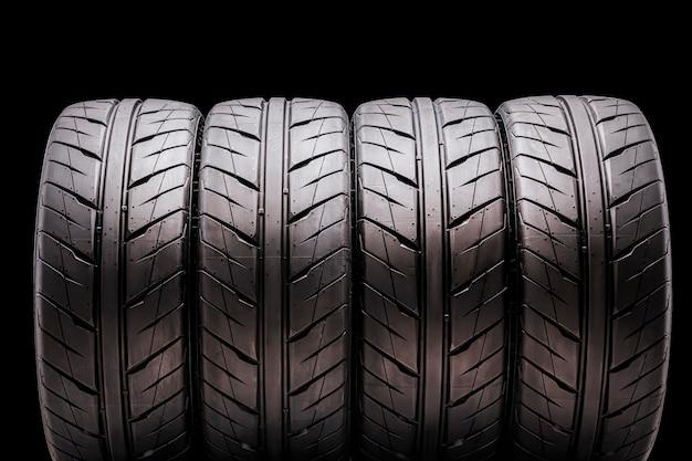 Quatro pneus esportivos para a temporada de verão, isolado. para automóveis de passageiros, tuning e peças de reposição