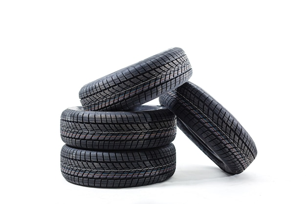 Quatro pneus pretos isolados no fundo branco