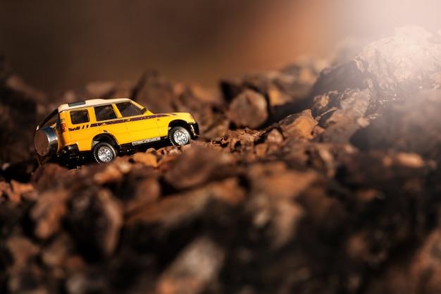 Quatro por quatro fora de estrada carro atravessando a estrada rural. conceito de viagens e corridas para tração nas quatro rodas fora do veículo rodoviário.