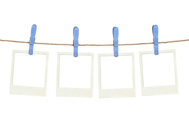 Quatro prendedores de roupa plásticos e armação instantânea na corda