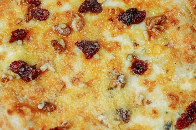 Quatro queijos quentes deliciosos pizzas rústicas americanas caseiras com massa grossa em mesa preta