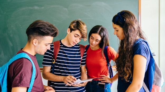 Quatro schoolkids na sala de aula