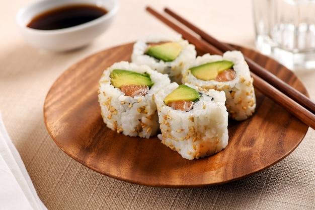 Quatro sushi tradicional uramaki na bandeja circular