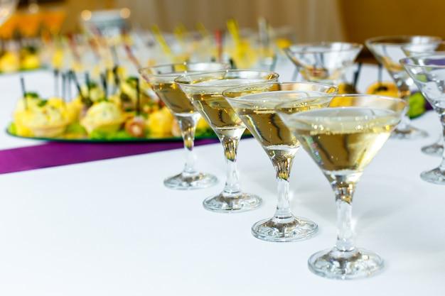 Quatro taças de champanhe na mesa do banquete