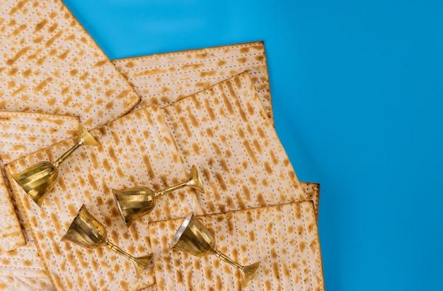 Quatro taças de vinho de ouro e pão judeu