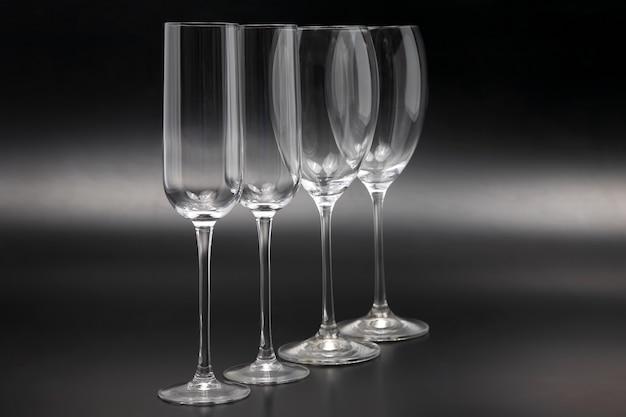 Quatro taças de vinho em close-up de fundo escuro