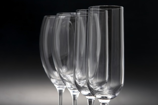 Quatro taças de vinho no escuro