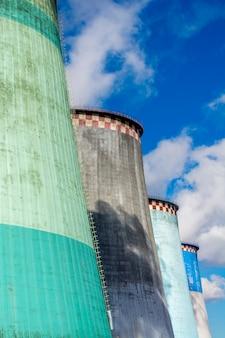 Quatro tubos de fábrica largos e altos