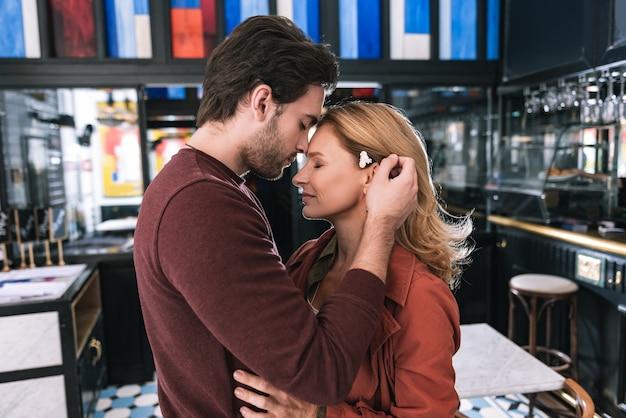Que bom casal lindo fechando os olhos e posando de perfil