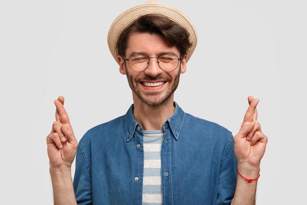 Que bom que jovem homem branco com sorriso agradável