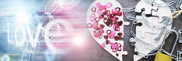 Quebra-cabeça branco em forma de coração. assuntos do coração. amor indiviso. coração partido. a chave do coração. coração fechado em uma fechadura. conceito de amor.