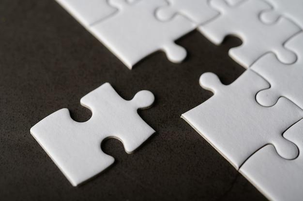 Quebra-cabeça com peça que faltava. faltam peças do quebra-cabeça
