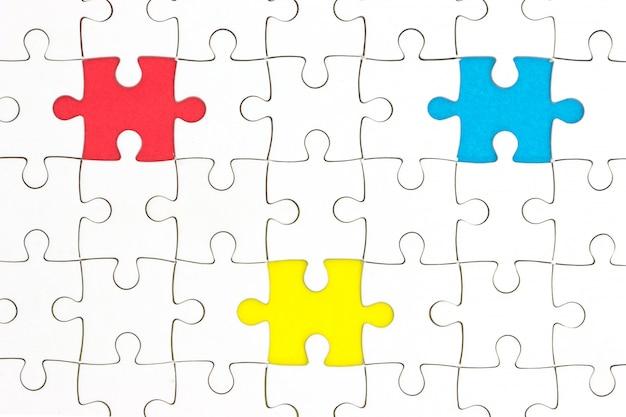 Quebra-cabeça com peças faltando em três cores diferentes