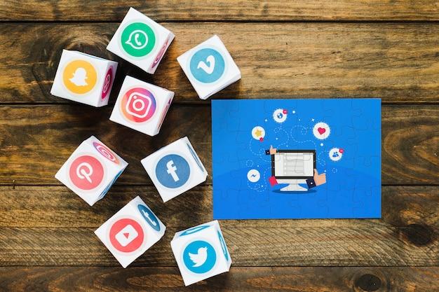 Quebra-cabeça de conteúdo viral com blocos de ícones de aplicativos