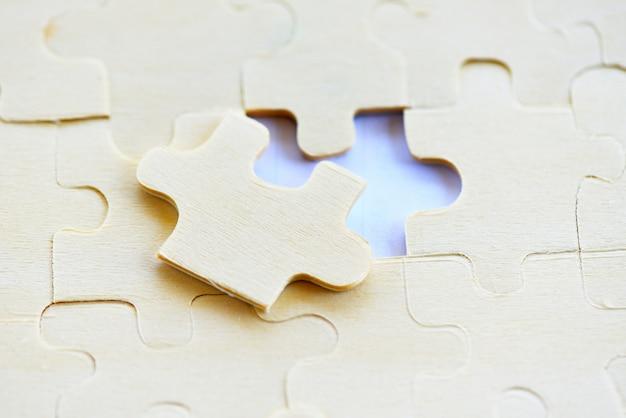 Quebra-cabeça na vista superior de fundo branco - peça de quebra-cabeça, conectando o sucesso de soluções de negócios e o conceito de estratégia