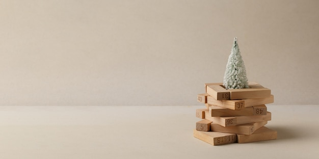 Quebra-cabeças de madeira empilhados em forma de árvore de natal