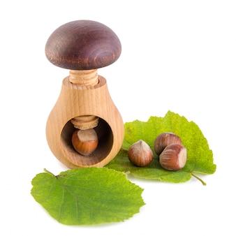 Quebra-nozes de forma de cogumelo de madeira e avelãs
