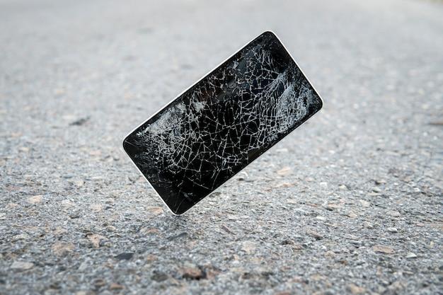 Quebrado, destruído, arruinado smartphone moderno móvel, telefone celular, telefone móvel, telefone. tela quebrada, rachada e danos. dispositivo destruído. o telefone celular quebrou e arranhou. smash gadget, precisa de conserto.