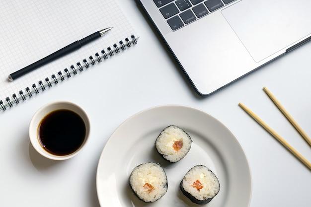 Quebre o tempo para comer sushi. rolos de sushi que snacking no trabalho.