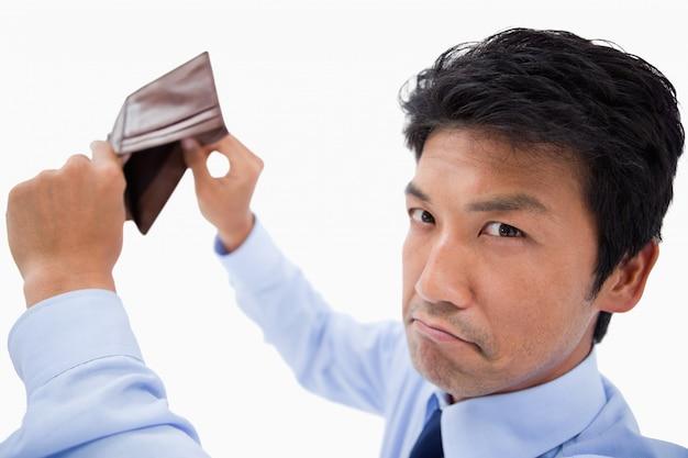 Quebrou empresário mostrando sua carteira vazia