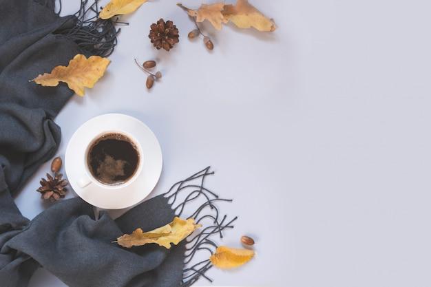 Queda ainda vida, café preto, cachecol cinza para aconchegante e aquecimento. vista superior e espaço de cópia.