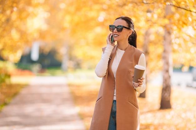 Queda, conceito, -, mulher bonita, café bebendo, em, outono, parque, sob, folhagem baixa