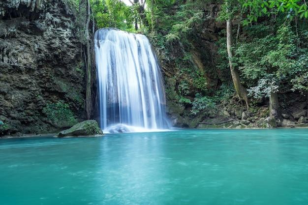 Queda de água na erawan (terceiro andar), floresta tropical na barragem de srinakarin