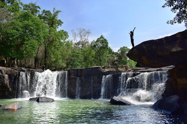 Queda de água, viagem incrível e ponto de vista popular na tailândia