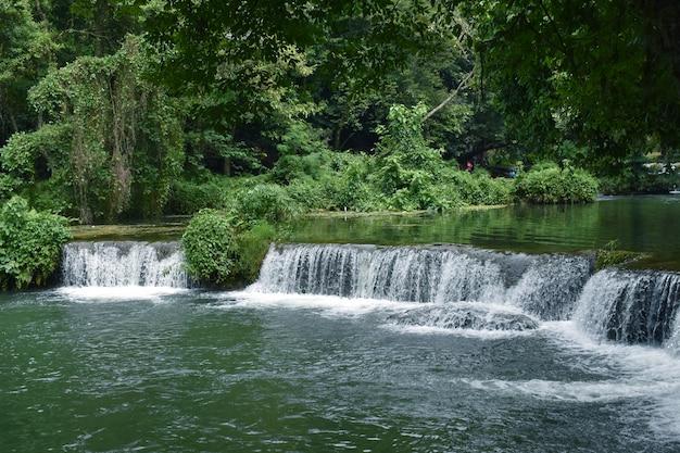 Queda de água, viagem incrível e ponto de vista popular