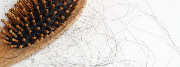 Queda de cabelo no cabelo penteado cai problema sério todos os dias no fundo branco