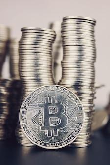 Queda de criptomoeda. grande quantidade de bitcoin. vale a pena investir em criptografia.