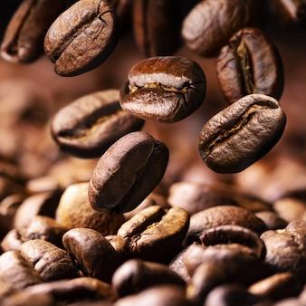 Queda de grãos de café torrados