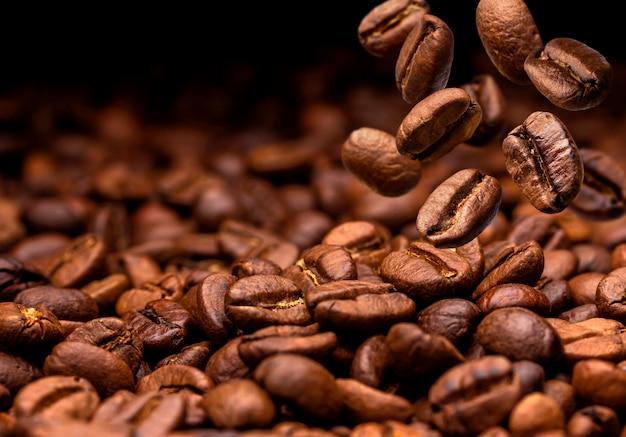 Queda de grãos de café.