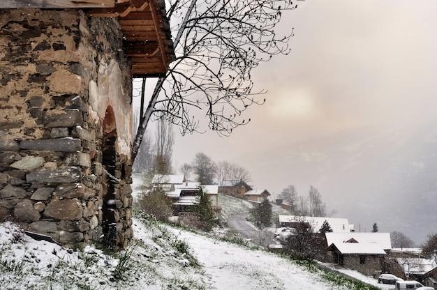 Queda de neve em uma aldeia