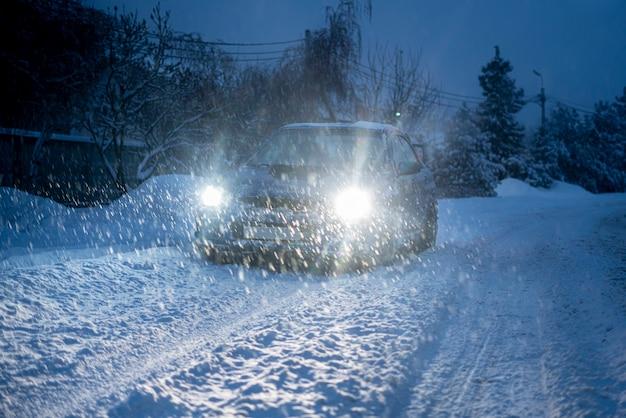 Queda de neve maciça ao ar livre durante a temporada de inverno