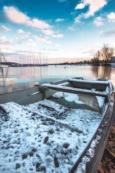 Queda de neve no lago