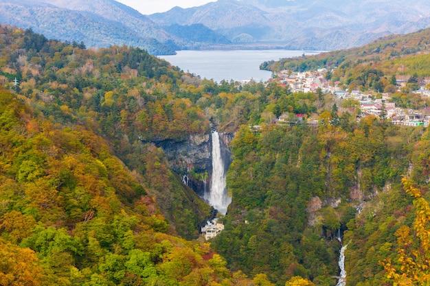 Quedas de kegon e lago chuzenji no outono, nikko, japão.