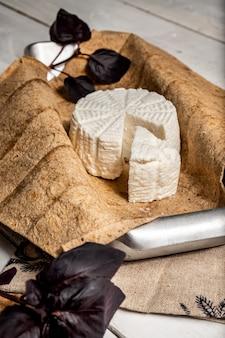 Queijo adyghe em pão pita e folhas de manjericão.
