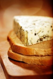 Queijo azul dinamarquês em fatias de pão
